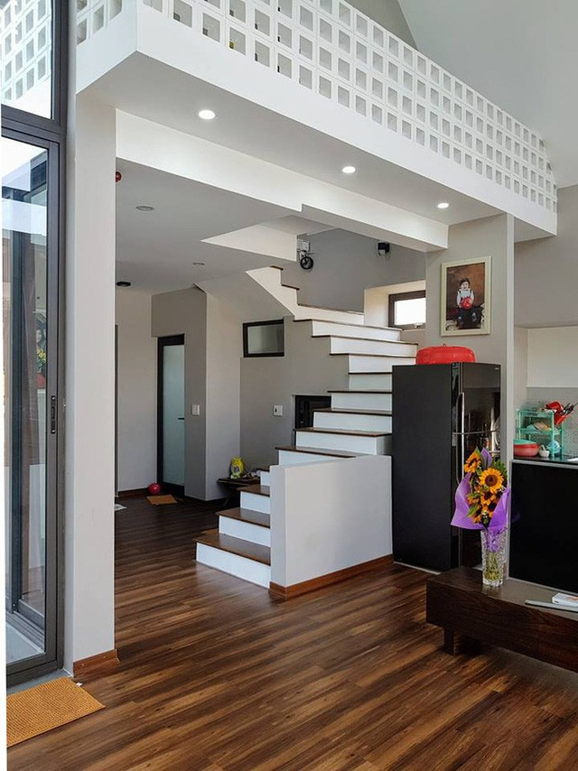 Không gian phòng khách rộng thoáng với sàn nhà lát gỗ.