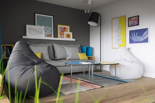 Ngoài chiếc ghế sofa dài cùng 2 chiếc bàn trà có chân, góc tiếp khách còn được nhấn nhá bằng 2 ghế lười vô cùng lạ mắt. Ngôi nhà còn được trang trí bằng rất nhiều chậu cây mang màu xanh tươi mát cho ngôi nhà.