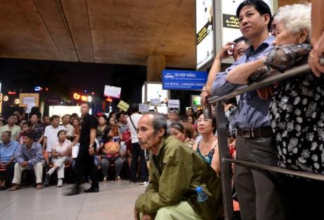 Giua dem, Tan Son Nhat van ngap nguoi don Viet kieu ve Tet - Anh 10