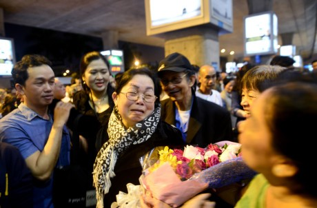 Giua dem, Tan Son Nhat van ngap nguoi don Viet kieu ve Tet - Anh 12