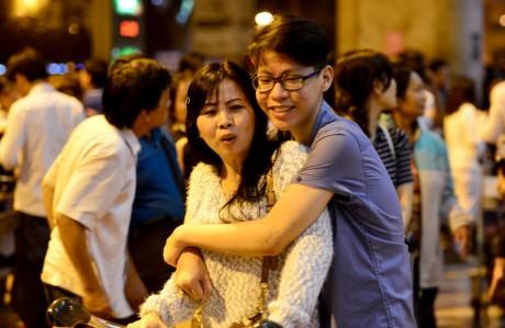 Giua dem, Tan Son Nhat van ngap nguoi don Viet kieu ve Tet - Anh 13