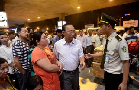 Giua dem, Tan Son Nhat van ngap nguoi don Viet kieu ve Tet - Anh 14
