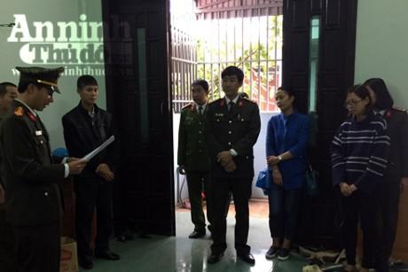 'Cuu' nhan vien ngan hang lam gia the tin dung mang di lua dao - Anh 1