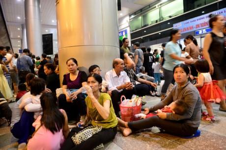 Giua dem, Tan Son Nhat van ngap nguoi don Viet kieu ve Tet - Anh 6