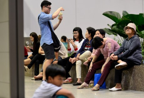 Giua dem, Tan Son Nhat van ngap nguoi don Viet kieu ve Tet - Anh 7