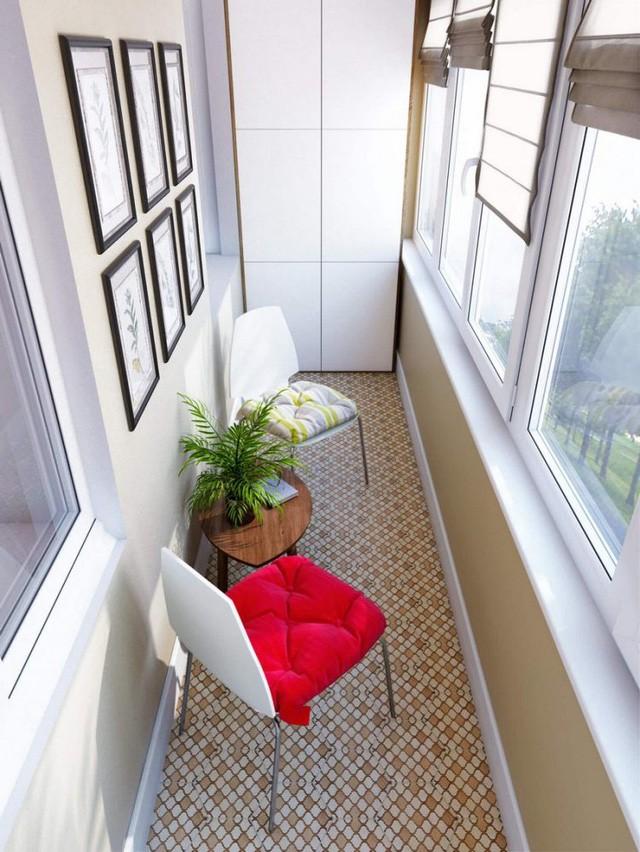 Dọc bên ngoài khu vực bếp và phòng khách là một ban công nhỏ.
