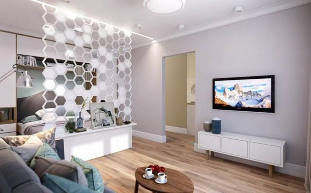 Phòng ngủ và phòng khách được bố trí chung một không gian nhưng lại được phân chia bởi tấm rèm che hình lục giác làm điểm nhấn bắt mắt cho ngôi nhà.