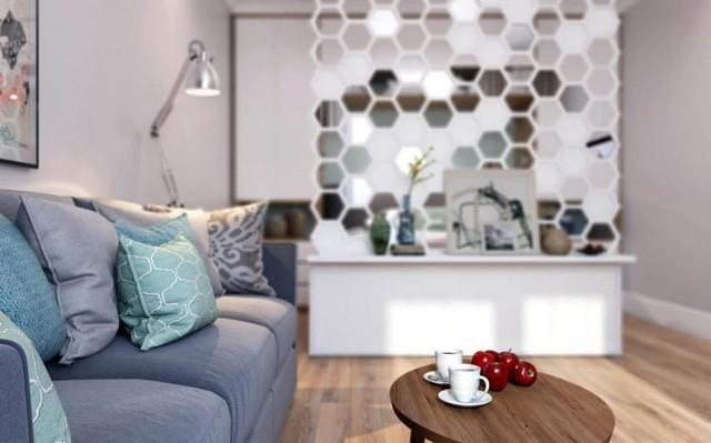 Phòng khách thoáng sáng được chủ nhà ưu ái dành riêng một khu vực cạnh cửa sổ. Nơi đây được bố trí đơn giản với chiếc ghế sofa dài kê sát tường và chiếc bàn trà nhỏ.