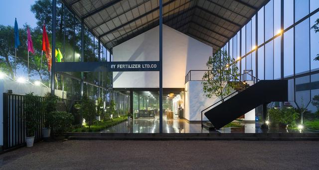 Tầng 1 của ngôi nhà được thiết kế mở với những bức tường kính trong suốt mang thiên nhiên đến gần hơn với con người.