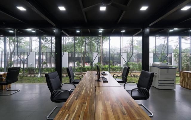 Không gian làm việc bên trong tầng 1 được thiết kế vô cùng đơn giản. Nhờ những bức tường kính trong suốt mà từ bên trong có thể dễ dàng quan sát mọi hoạt động bên ngoài cũng như từng chuyển biến nhỏ của thời tiết.