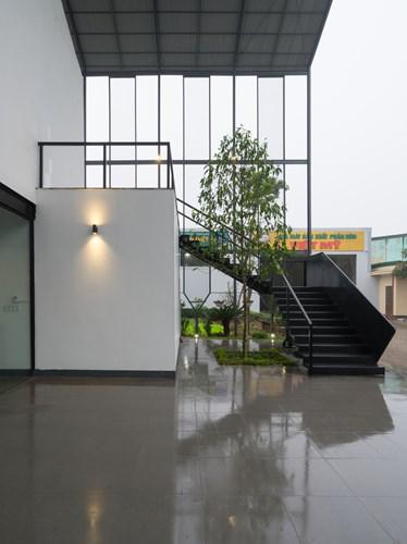 Không gian tầng 2 được kết nối với tầng 1 nhờ một chiếc cầu thang sắt nằm tách biệt hẳn phía ngoài.