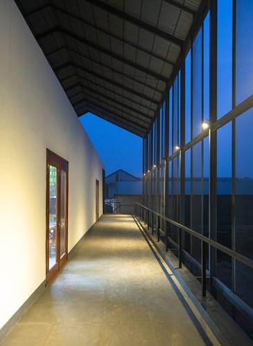 Hành lang tầng 2 được thiết kế đơn giản, thoáng sáng với các phòng làm việc dành cho nhân viên công ty.