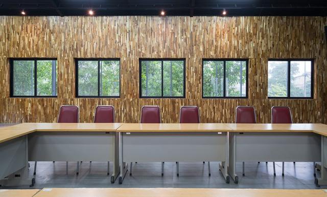 Không gian bên trong được thiết kế vô cùng ấn tượng với bức tường được làm bằng gỗ lạ mắt, xen kẽ là những cửa sổ kính giúp tầm nhìn ra bên ngoài tuyệt đẹp.