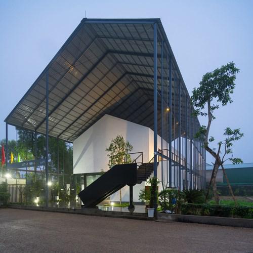 Được thiết kế hai mái, lớp mái tôn bên trên cao rộng có vai trò đặc biệt giúp che chắn cho ngôi nhà, tạo một lớp cách nhiệt đặc biệt làm mát không gian bên dưới.