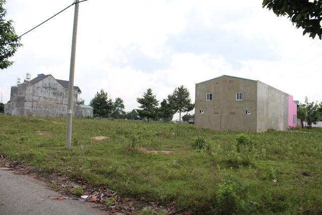 Nhiều khu dân cư chỉ lẹt đẹt vài căn nhà được xây lên. Người dân ở đây cho biết không có nơi ở nên phải sinh sống ở đây, chứ muốn ra chợ mua bó rau phải đi xa đến 3-4km.