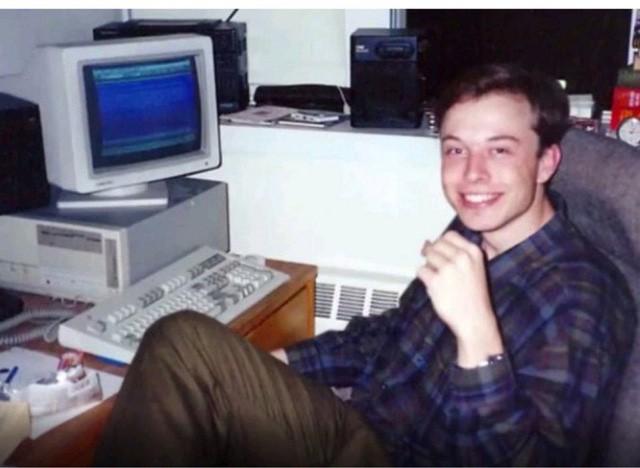 Lúc 10 tuổi, Elon Musk được bố mua cho một chiếc máy tính để thỏa mãn niềm đam mê.