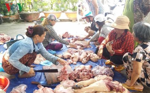 Người chăn nuôi xẻ thịt đàn lợn để tự giải cứu mình
