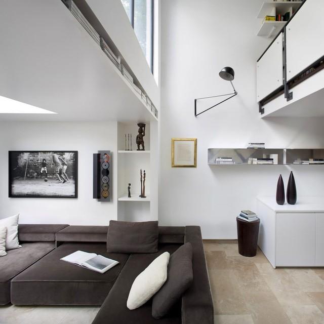 Xuyên suốt không gian căn nhà từ ngoài vào trong là tông màu trắng làm nền khiến không gian càng trở nên rộng hơn.