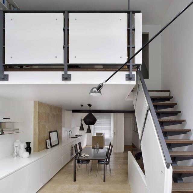 Bước vào bên trong là khu vực bếp ăn. Phòng bếp được bố trí theo chiều dọc của căn hộ để tiết kiệm diện tích.