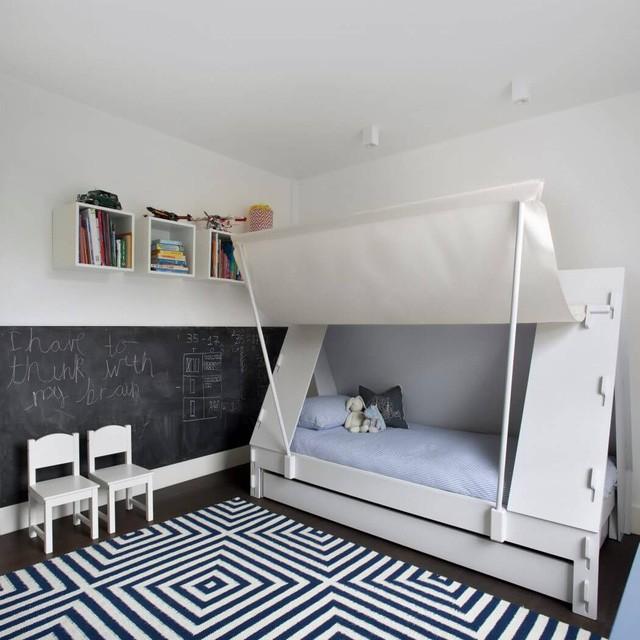 Giường ngủ lấy ý tưởng từ lều cắm trại với hai sắc màu đối lập trắng – xanh dương, mang đến nét phóng khoáng, không gian thoải mái, mát mẻ cho chủ nhà.