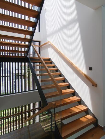 Cầu thang được thiết đơn giản với gỗ và thép.