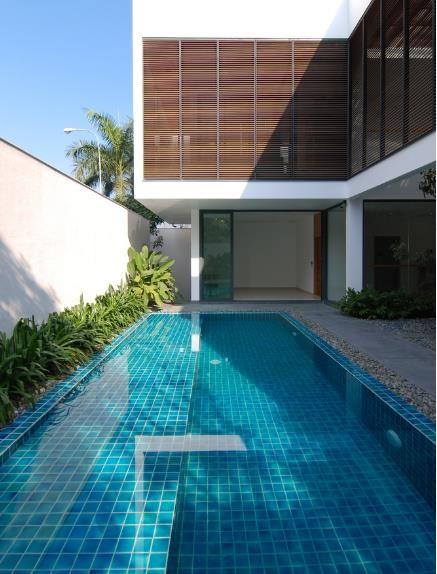 Bể bơi không chỉ là không gian thư giãn lý tưởng của chủ nhà mà nó còn góp phần điều hòa không khí cho toàn bộ không gian.