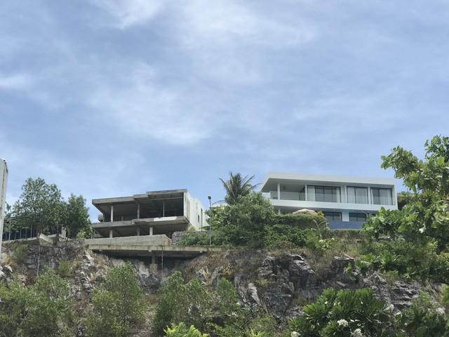 Những ngôi biệt thự nhìn xuống biển được xây dựng khá nham nhở sát sườn núi Chụt. Nhiều người cho rằng chỉ một con mưa lớn có thể làm đất đá sạt lở gây nguy hiểm khi sinh sống ở đây.