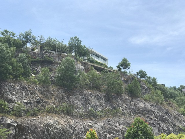 Xung quanh chân núi Chụt chủ đầu tư đã xây nhiều biệt thự nhưng rất ít người dân dọn đến sinh sống do hạ tầng không đảm bảo.