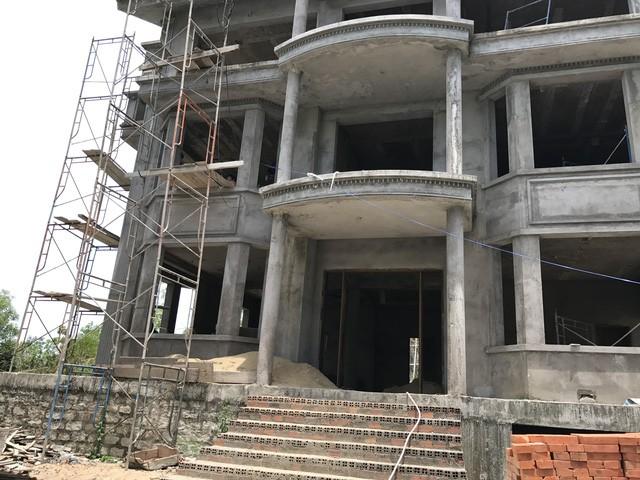 Rất nhiều ngôi biệt thự khang trang được xây dựng dở dang rồi bỏ hoang như thế này trong khu dự án.