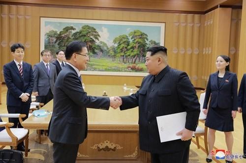 Ông Chung bắt tay với nhà lãnh đạo Triều Tiên Kim Jong-un trong cuộc gặp tại Bình Nhưỡng ngày 5/3. Ảnh: KCNA.