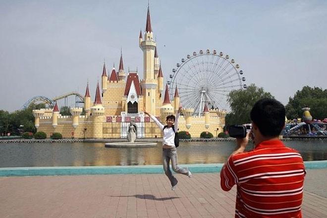 """Công viên giải trí Shijingshan ở Bắc Kinh, Trung Quốc được mở cửa vào năm 1986 với khẩu hiệu """"Disneyland ở quá xa"""". Khi tới thăm công viên này, khách cứ ngỡ mình đang bước vào một công viên chủ đề Disneyland thật. Năm 2007, Disney đã tiến hành đàm phán với Shijingshan nhằm yêu cầu công viên chấm dứt vi phạm bản quyền. Tuy vậy, thay vì đóng cửa, Shijingshan tiếp tục nâng cấp và mở rộng."""