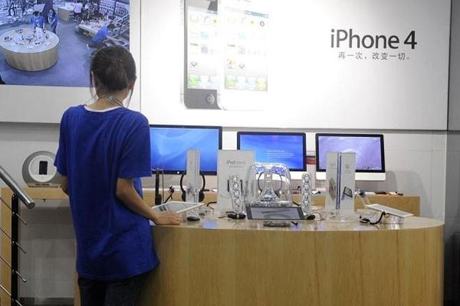 """Năm 2011, hàng loạt """"cửa hiệu Apple"""" mọc lên ở thành phố Côn Minh, Trung Quốc, trông không khác gì những cửa hiệu bán lẻ chính thức của Apple, từ đồng phục nhân viên cho tới thiế kế nội thất. Sau đó, nhà chức trách Trung Quốc đã vào cuộc và phát hiện 22 cửa hiệu ở Côn Minh sử dụng trái phép nhãn hiệu thương mại Apple."""