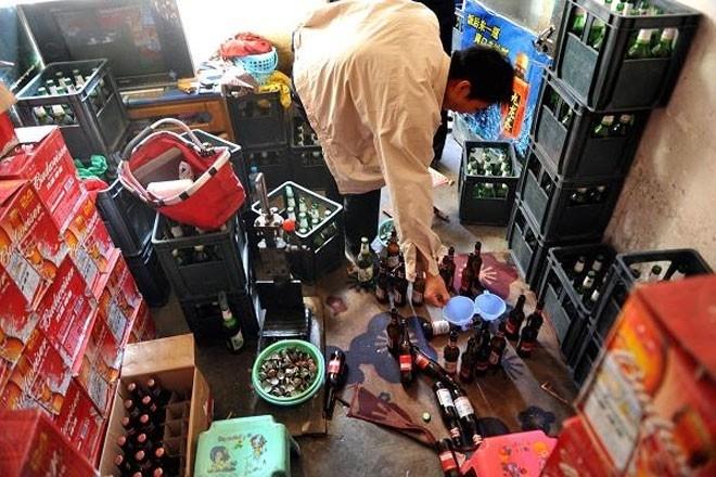 """Rượu cao cấp """"nhái"""" là một trong những xu hướng hàng """"nhái"""" đáng lo ngại nhất ở Trung Quốc. Trong một chiến dịch truy quét vào tháng 11/2014, nhà chức trách Trung Quốc đã phát hiện hơn 100.000 chai rượu giả, """"nhái"""" dán nhãn Johnie Walker, Hennessy, Remy…. Với những thành phần như nước rửa sơn móng tay, chất tẩy rửa và Methanol, những chai rượu giả, """"nhái"""" này có thể rất độc hại. Người tiêu dùng uống phải có thể bị nôn mửa, chóng mặt, tiêu chảy, thậm chí mù lòa, suy gan thận…"""