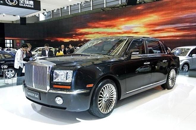 """Tại triển lãm Ôtô Thượng Hải năm 2009, hãng xe Geely của Trung Quốc trình làng chiếc xe Geely GE. Người tham dự triển lãm đã """"giật mình"""" khi thấy chiếc xe này trông quá giống chiếc Rolls Royce Phantom. Geely GE có giá 44.550 USD, trong khi một chiếc Rolls Royce Phantom có giá 371.260 USD. Tương tự, năm ngoái, hai hãng xe Trung Quốc là Changan Auto và Jiangling Motors Corporations """"bắt tay"""" sản xuất chiếc LandWind X7 (giá 20.700 USD) trông cực giống chiếc Range Rover Evoque (giá từ 59.000 USD) của hãng Jaguar Land Rover."""