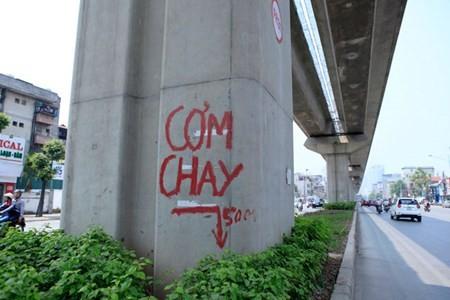 """HN: Cam do, com chay ra duong sat tren cao """"chao hang"""""""