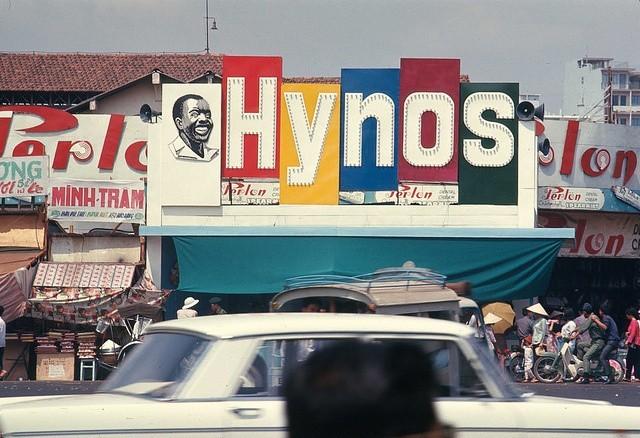 8.Kem đánh răng Hynos: Rất nhiều người Sài Gòn sinh ra và lớn lên vào thế kỷ 20 vẫn còn nhớ đến kem đánh răng Hynos với hình người đàn ông da đen nở nụ cười tươi rói, khoe hàm răng trắng sáng. Đây là một thương hiệu Việt từng làm mưa làm gió trên thị trường. Năm 2007, công ty cổ phần P/S cũng bắt đầu phục hưng lại sản phẩm kem đánh răng Hynos. Hynos được bán ở nông thôn nhưng đạt doanh thu thấp. Do vậy, công ty đã đưa Hynos quay về thành thị, bán tại siêu thị. Tuy nhiên, thương hiệu này hiện vẫn chưa thể nổi cộm như thời hoàng kim trước kia.