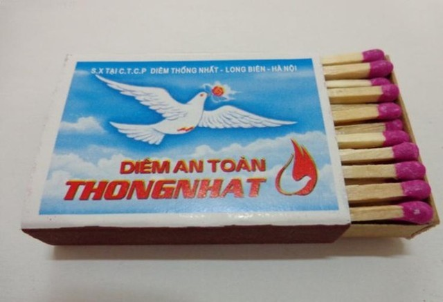 """Diêm Thống Nhất: Bao diêm có logo truyền thống với hình chú chim bồ câu trắng, phía dưới dòng chữ """"Diêm Thống Nhất"""" cỡ lớn chạy ngang mặt bao cho in nơi sản xuất tại công ty cổ phần diêm Thống Nhất. Khi những chiếc bật lửa chưa phổ biến, diêm Thống Nhất là sản phẩm không thể thiếu trong sinh hoạt của người Việt. Và hiện nay, nó vẫn được sử dụng rộng rãi trong cả nước."""