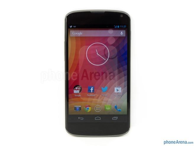 Google Nexus 4: là sản phẩm do Google và LG phối hợp sản xuất. Sở hữu rất nhiều điểm thiết kế tương đồng với người tiền nhiệm Galaxy Nexus, có thể kể đến như bốn góc máy được bo tròn, hai cạnh trên dưới uốn cong nhẹ và mặt trước có một màu đen tuyền. Mặt lưng của thiết bị được trang trí dạng họa tiết chấm bi.