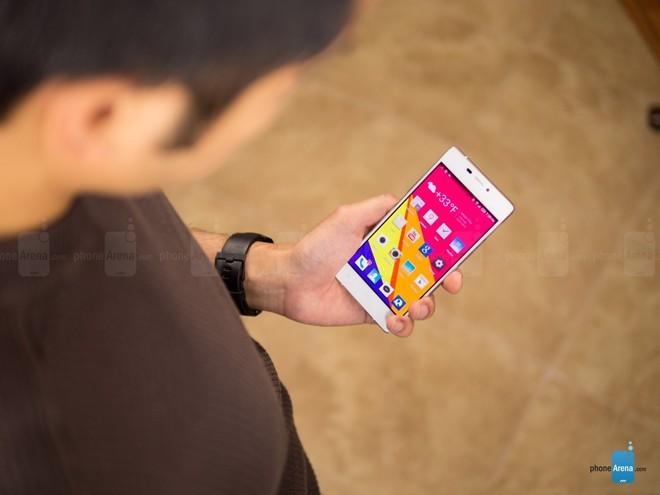 Blu Vivo Air: được giới thiệu tại CES 2015,chỉ 199 USD là người dùng có thể sở hữu thiết bị được làm bằng nhôm, siêu mỏng, màn hình AMOLED 4.8 inch với độ phân giải 720 megapixel, camera trước 5 megapixel.