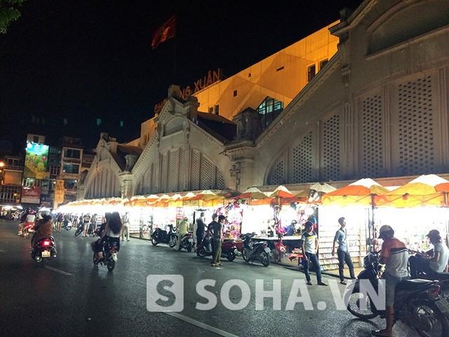 Chợ đêm đồng xuân đẹp lung linh dưới ánh đèn từ các ki-ốt hàng hóa