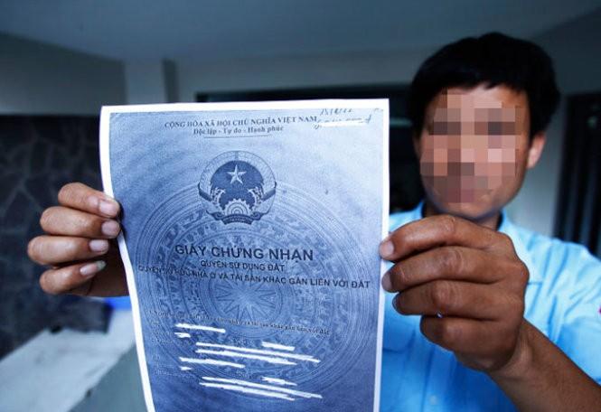 Một mẫu giấy chứng nhận quyền sử dụng đất, quyền sở hữu nhà ở và tài sản khác gắn liền với đất -Ảnh: Nguyễn Khánh