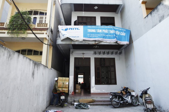 Kho hàng của Tổng công ty cổ phần chuyển phát nhanh Hợp Nhất tại phố Đặng Văn Ngữ (quận Đống Đa, Hà Nội), theo Tổng cục Quản lý đất đai, đây là nơi 3.000 phôi sổ đỏ bị thất lạc. Trong ảnh: nhân viên của công ty đang tập kết hàng về kho - Ảnh: Nguyễn Khánh