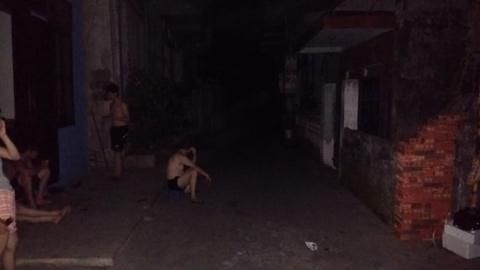 Giữa khuya 27/5, sau 2 lần cắt điện liên tục, người dân nhao ra đường tránh nóng
