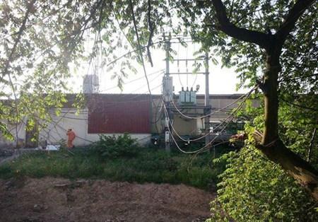 Nhân viên Công ty điện lực Từ Liêm tới khắc phục sự cố mất điện tại khu nhà trọ nằm trong ngõ 192 đường Lê Quang Đạo.