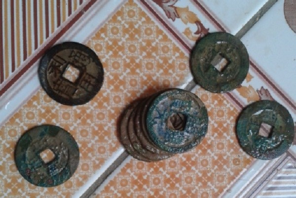 Cận cảnh một số đồng tiền xu cổ trên mặt có khắc chữ Hán cổ.