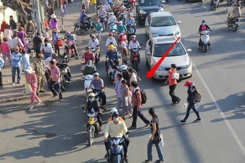 Cầu bộ hành trống không, người đi bộ làm giao thông ùn tắc 2