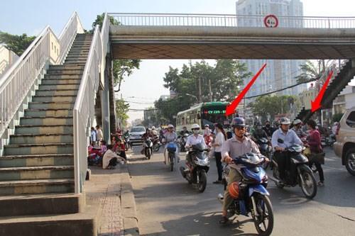 Cầu bộ hành trống không, người đi bộ làm giao thông ùn tắc 5