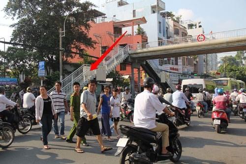 Cầu bộ hành trống không, người đi bộ làm giao thông ùn tắc 6