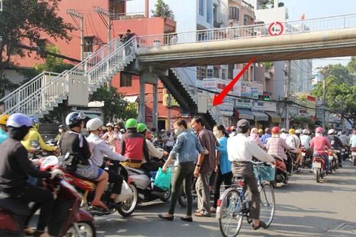 Cầu bộ hành trống không, người đi bộ làm giao thông ùn tắc 7