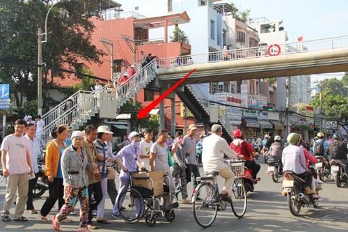 Cầu bộ hành trống không, người đi bộ làm giao thông ùn tắc 8